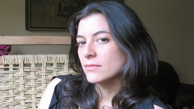 Frau mit schwarzem Haar und dunkeln Augen.