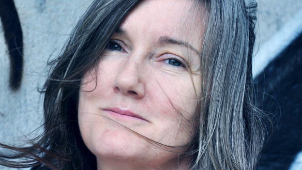 Eine Frau mit glatten, langen Haaren.