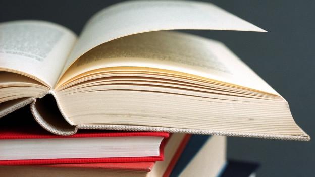 Bücher, aufeinandergestapelt