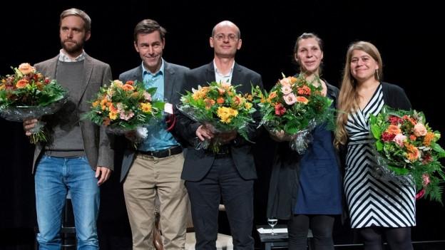 5 Menschen auf der Bühne.