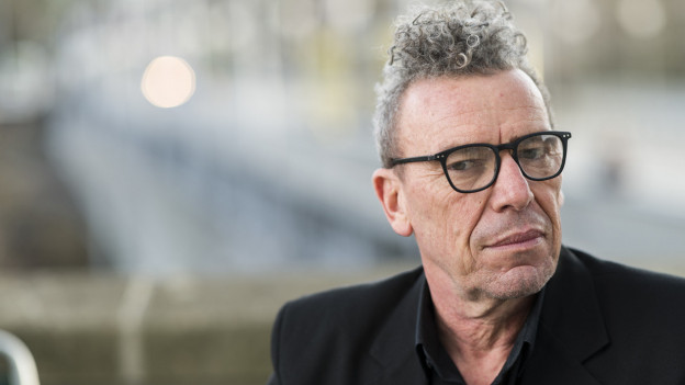 Mann mit grauen Haaren und schwarzer Brille