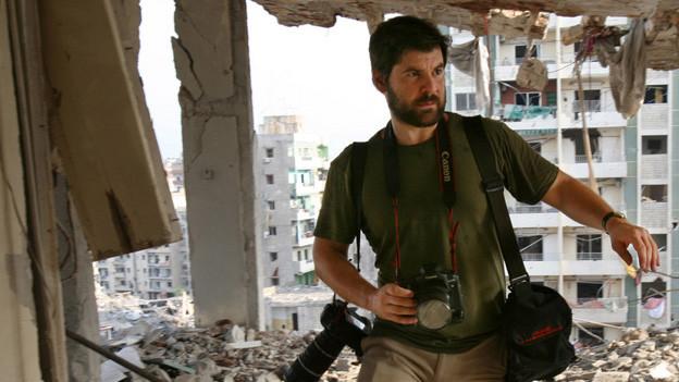 Der Fotograf Chris Hondros während einer Arbeit im Libanon, 2011.