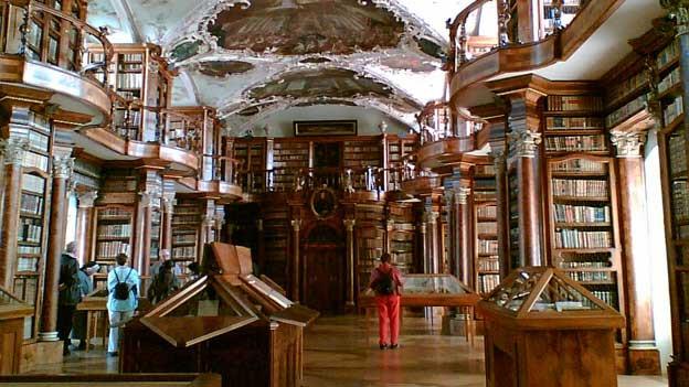 Die Stiftsbibliothek in St. Gallen zeigt aktuell ihre einzigartigen Bibelschätze.