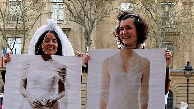 Ein Paar demonstriert in Frankreich für die gleichgeschlechtliche Ehe.