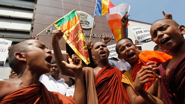 Protestierende Mönche in Sri Lanka.