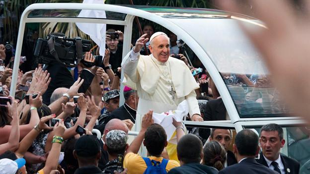 Der Papst winkt der Menge zu am Weltjugendtag in Rio de Janeiro.