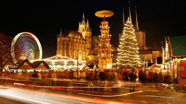 Kommerz vs. Besinnlichkeit: der Erfurter Weihnachtsmarktes mit dem Mariendom und der St. Severi Kirche.