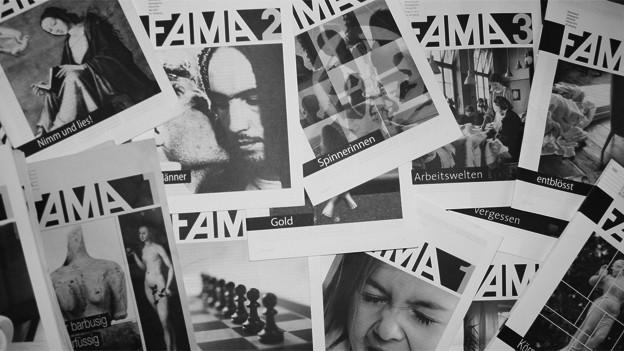 Schwarzweissbild mit zahlreichen Ausgaben der Zeitschrift