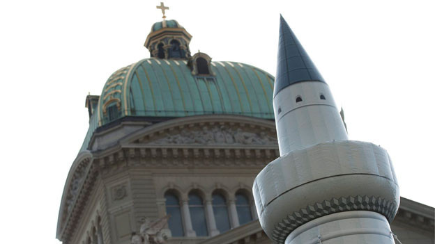 Ein Minarett aus Kunststoff steht am «Tag gegen Islamophobie und Rassismus» auf dem Bundesplatz in Bern am Samstag, 29. Oktober 2011