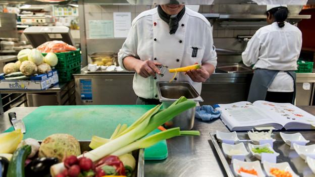 Mann in Küche.