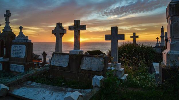 Blick auf einen Friedhof im Sonnenuntergang.
