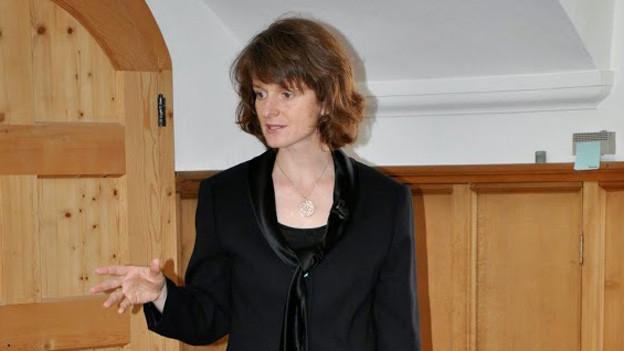 Cornelia Camichel gestikuliert mit der Hand.