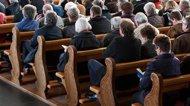 Menschen in der Kirche.