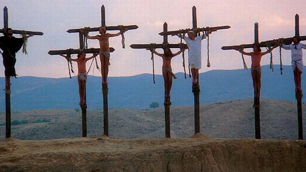 Männer am Kreuz.