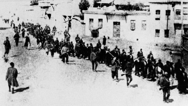 Schwarz-weiss Aufnahme von Armeniern in der Türkei. Sie marschieren in den Tod.