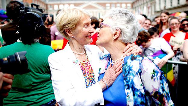 Die irische Senatorin Catherine Zappone und ihre Partnerin feiern die ersten positiven Wahlresultate.