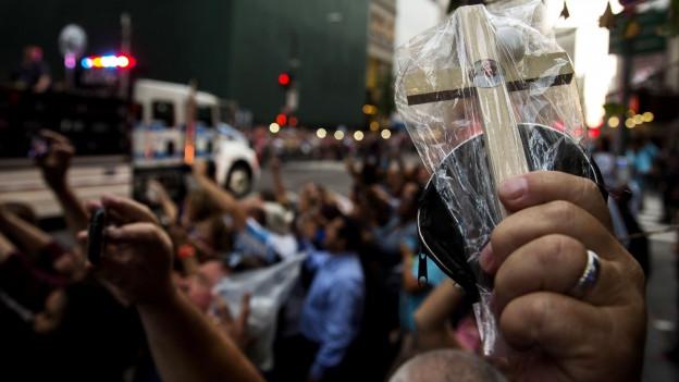USA, 24.9.15: Leute jubeln am Rand der Strasse dem Papst zu.