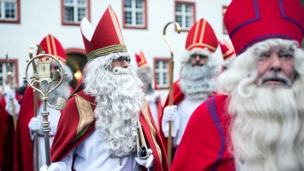 Als Weihnachtsmänner verkleidete Personen.
