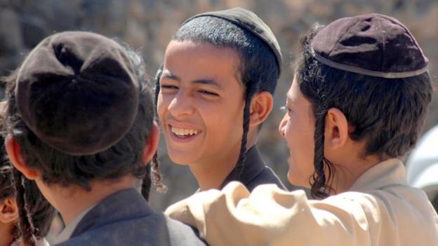 Lachende Jungs jüdischen Glaubens.