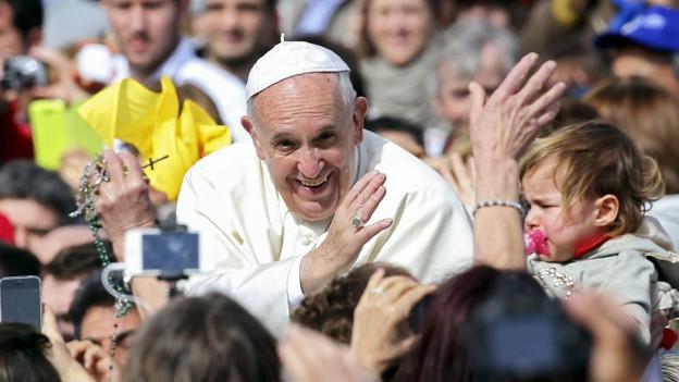 Papst Franziskus in der Menschenmenge.
