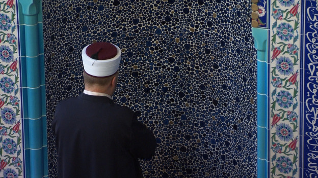 Ein Imam bette in einer Moschee