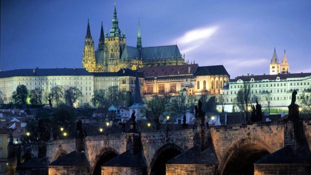 Symbolbild: Burg von Prag mit Karlsbrücke im Vordergrund