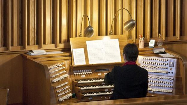 Organist an der Orgel in der Kirche.