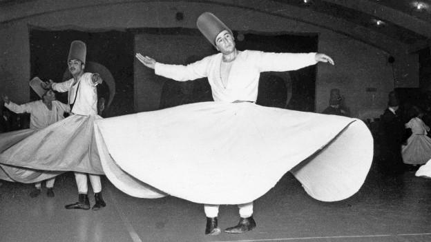 Traditioneller Tanz zu spiritueller Musik: Praktizierende Sufis.