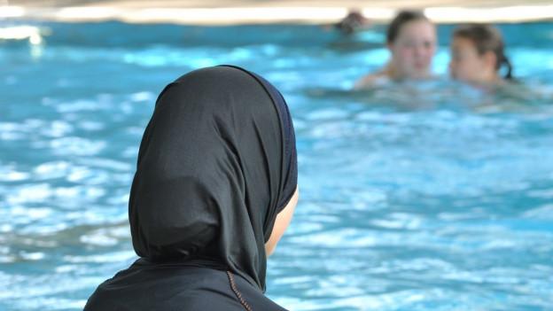 Muslimische Mädchen dürfen nicht aus religiösen Gründen vom Schwimmunterricht dispensiert werden.