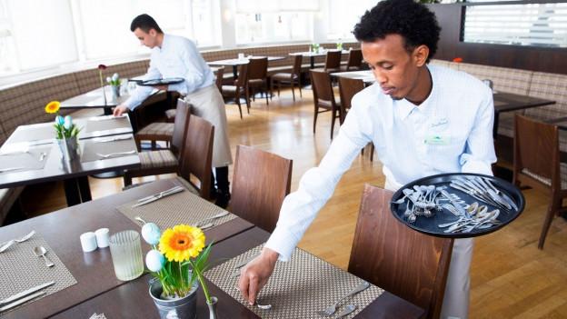 Flüchtling als Kellner in einem Restaurant