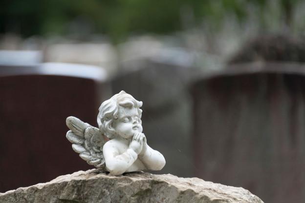 Kleine statue von einem Engel.