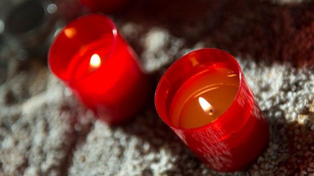 zwei Kerzen in einer Kirche