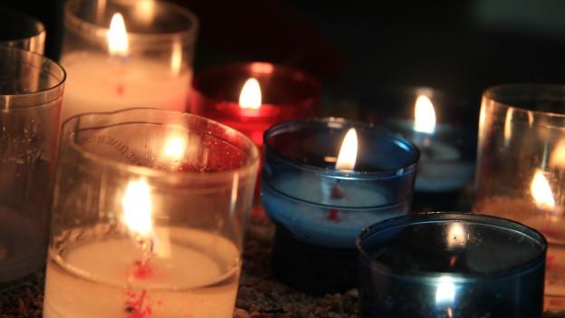 Weisse, rote und blaue Kerzen