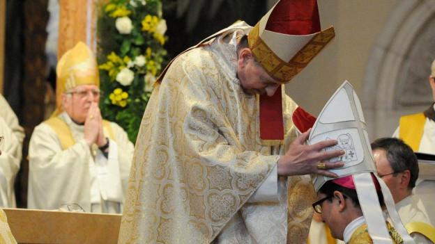 Foto von der Bischhofsweihe mit dem neuen Bischof des Bistums Basel.