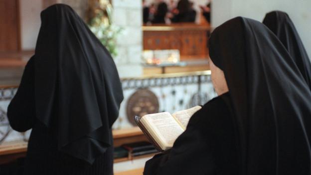 Klosterfrauen am beten