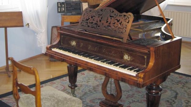 Der alte, braune Flügel von Komponist Robert Schumann.