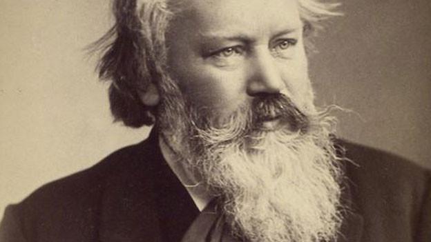 Brahms trägt einen langen weissen Bart.
