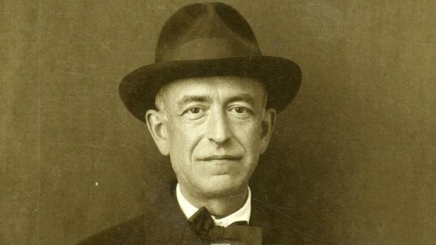 Manuel de Falla mit Hut.