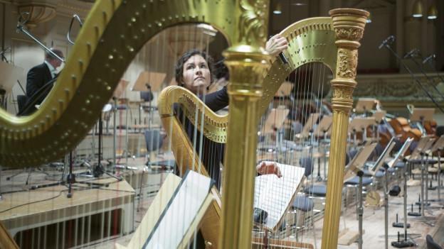 Harfen im Orchestergraben.