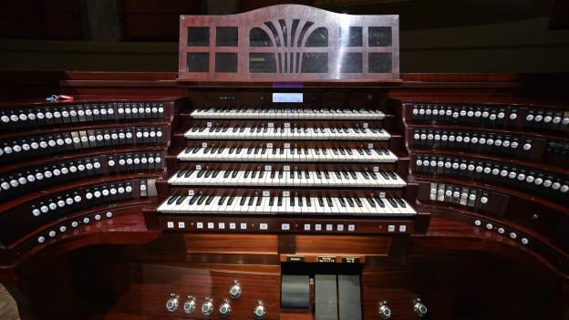Nahaufnahme einer fünfstöckigen Orgeltastatur.