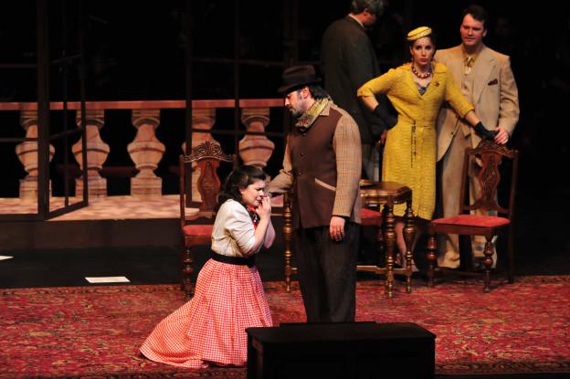Opernszene: Eine Frau kniet vor einem Mann.