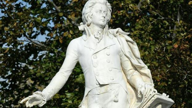 Ein Bild eines Mozart-Denkmals in Wien.