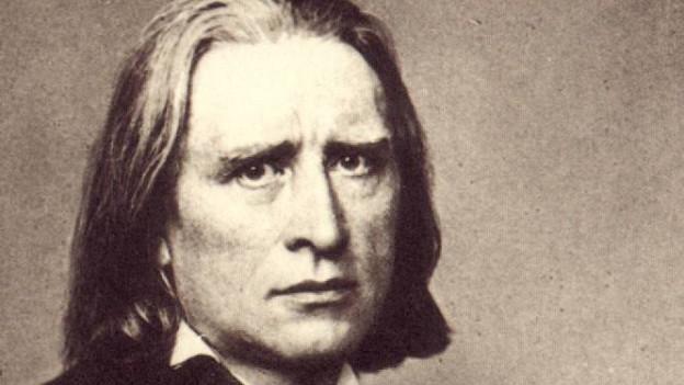 Eine Fotographie aus dem 19. Jahrhundert zeigt einen Mann mit schulterlangen Haaren