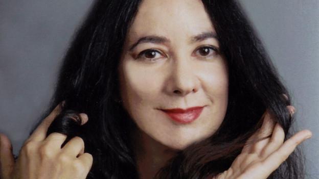 Eine Frau mit langen schwarzen Haaren