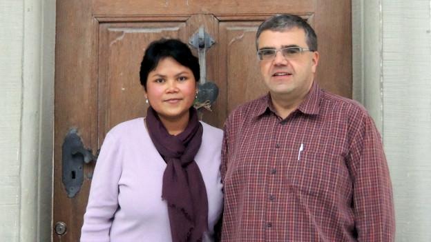 Lusi und Volker Niesel vor dem Pfarrhaus in Schangnau.
