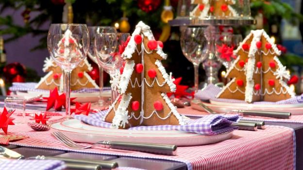 Ein für das Weihnachtsessen geschmückter Tisch.