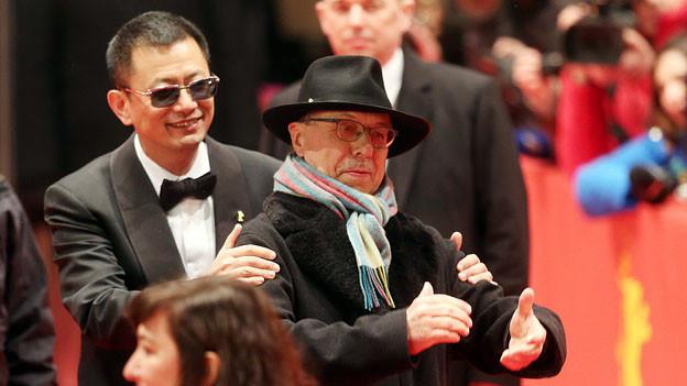 Jury Präsident Wong Kar Wei und Festival Direktor Dieter Kosslick auf dem roten Teppich der Berlinale.