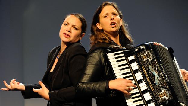 Überzeugten mit politischem und gesellschaftskritischem Kabarett: Nicole Knuth und Olga Tucek.