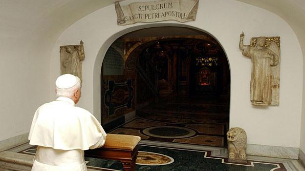 Der abgetretene Papst Benedikt XVI am Grab seines Vorgängers Johannes Paul II.