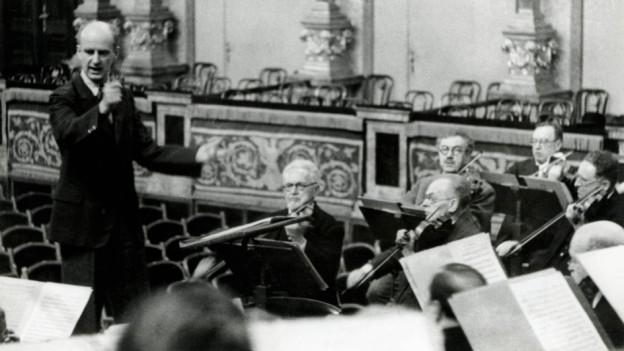 Paul Fischer (ganz rechts) wurde Zwangesbeurlaubt; Konzertmeister Julius Stwertka wurde nach Theresienstadt deportiert.
